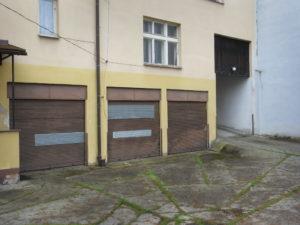 12_dvůr s garážemi a vjezdem