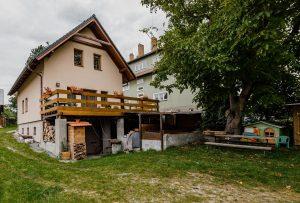 PRODEJ nově postaveného RD s velkým pozemkem a původním objektem bydlení. Dražice u Tábora